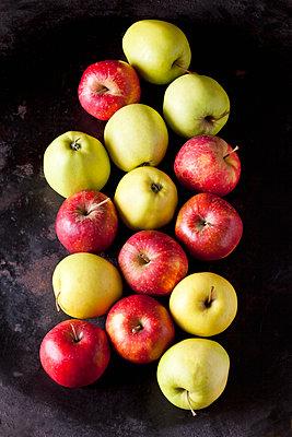 Various apples on dark ground - p300m2005665 von Dieter Heinemann