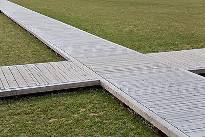 Holzkreuzung auf Wiese, Schlossplatz, Berlin - p627m1035376 von Christian Reister
