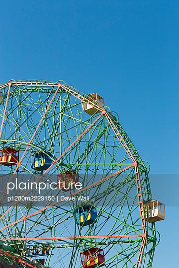 Riesenrad vor blauem Himmel - p1280m2229150 von Dave Wall