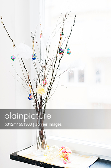 plainpicture | Photo library for authentic images - plainpicture p312m1551933 - Easter ornaments hanging on... - plainpicture/Johner/Johner Images