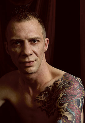 Man with dragon tattoo on shoulder  - p1210m2124990 by Ono Ludwig