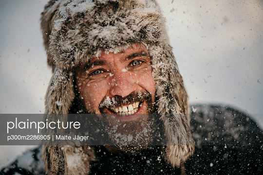 snow fun couple berlin germany - p300m2286905 von Malte Jäger