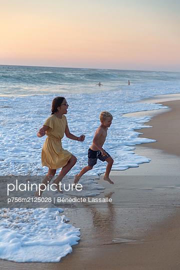Children on the beach - p756m2125028 by Bénédicte Lassalle