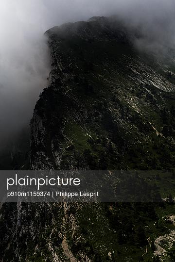 Bergmassiv im Nebel  - p910m1159374 von Philippe Lesprit