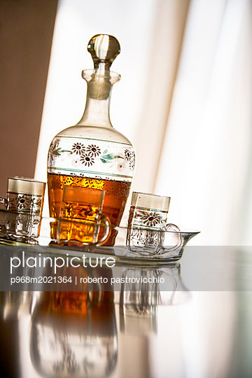 Getränk in einer Karaffe - p968m2021364 von roberto pastrovicchio
