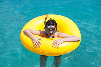 Jugendicher in einem Schwimmreif - p045m2004992 von Jasmin Sander