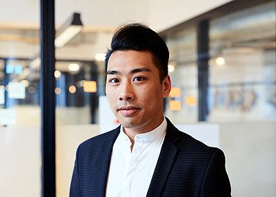 Asiatischer Mann im Büro - p1124m1181488 von Willing-Holtz