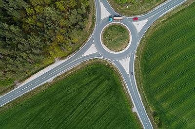 Aerial view of roundabout intersection with traffic. Franconia, Bavaria, Germany. - p300m2121799 by Martin Rügner