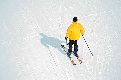 Skiing alone - p829m715941 by Régis Domergue