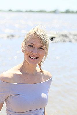 Porträt einer Frau am Strand - p1258m1573239 von Peter Hamel