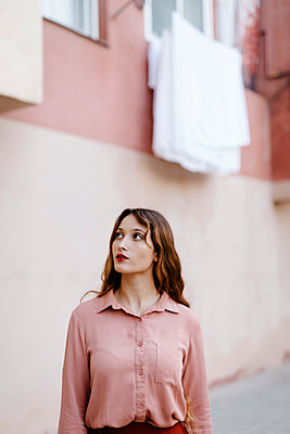 Portrait of delicate woman with very long blonde hair in vintage clothes and pink urban wall background - p300m2199528 von Tania Cervián