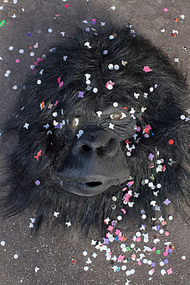 Ape mask - p596m899842 by Ariane Galateau