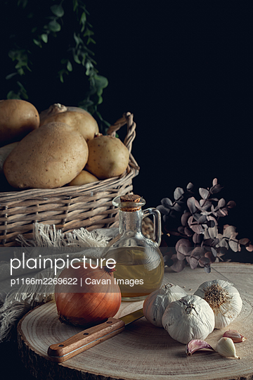 Potato basket on black background in vertical - p1166m2269622 by Cavan Images