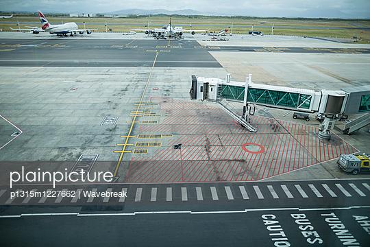 Boarding bridge docked with airplane - p1315m1227662 by Wavebreak