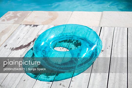 Schwimmreifen auf Holzsteg - p699m2043671 von Sonja Speck