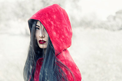 Portrait of a woman with red hoodie - p1445m1510734 by Eugenia Kyriakopoulou