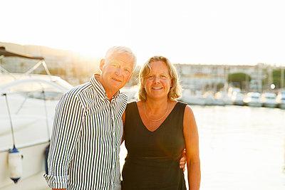 France, Provence-Alpes-Cote d´Azur, Sainte-Maxime, Smiling senior couple - p352m1126924f by Christian Ferm