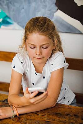 Kleines Mädchen mit Handy - p904m1481081 von Stefanie Päffgen