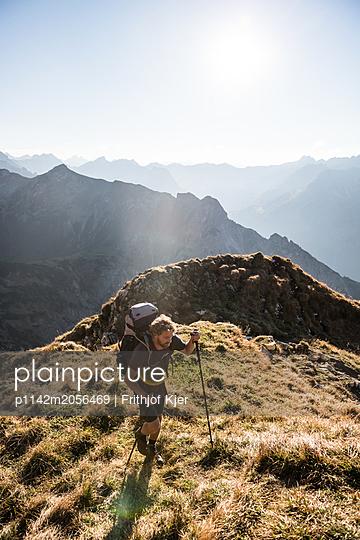 Junger Wanderer in den Bergen  - p1142m2056469 von Runar Lind