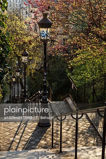 Montmartre, empty stairs, France, shutdown due to Covid-19 - p1329m2177985 by T. Béhuret