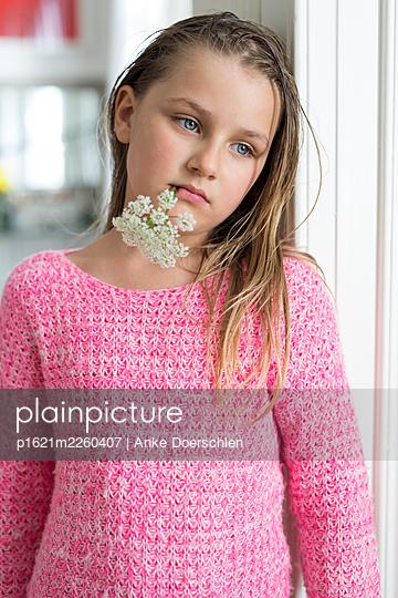 Mädchen mit Blume im Mund - p1621m2260407 von Anke Doerschlen