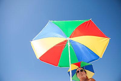 Bunter Sonnenschirm - p045m1439913 von Jasmin Sander