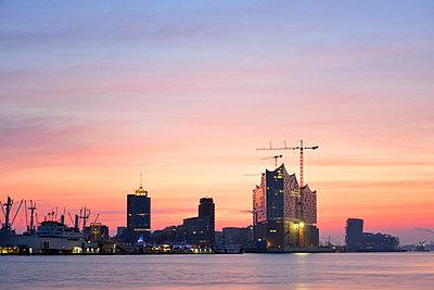 Germany, Hamburg, Elbphilharmonie at dawn - p300m1023475f by Biederbick&Rumpf