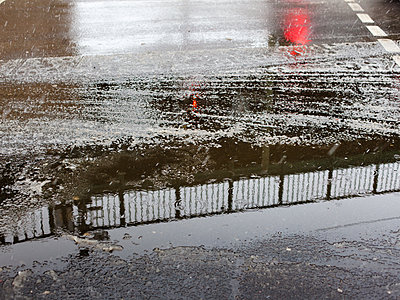 Slush on street in a city - p795m2273162 by JanJasperKlein