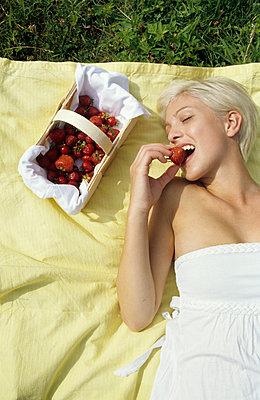 Erdbeeren naschen - p0452110 von Jasmin Sander