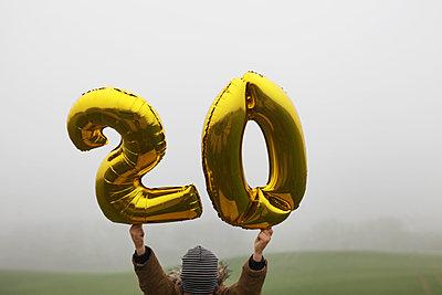 Kind hält Ballons hoch - p1519m2134484 von Soany Guigand