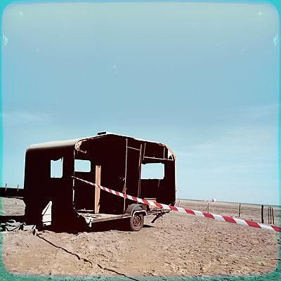 Frankreich, Verlassener Wohnwagen - p230m2152670 von Peter Franck