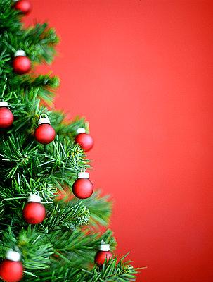 Weihnachtsbaum mit Weihnachtskugeln - p4470233 von Anja Lubitz