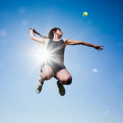 Caucasian woman playing tennis - p555m1478301 by Mike Kemp