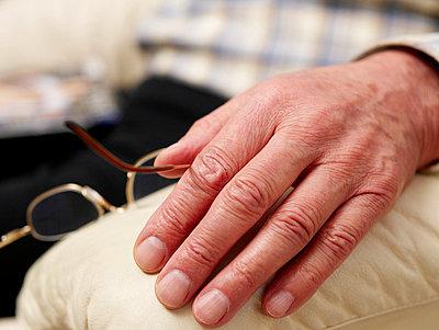 Hand eines alten Mannes  - p6430270f von senior images RF