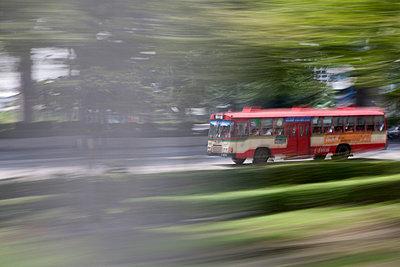 Busfahrt - p7980181 von Florian Loebermann