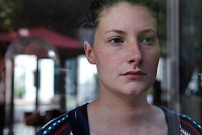 Porträt einer Frau hinter Glas - p849m2175559 von Eric Zeziola