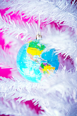 Christmas bauble in the shape of a globe - p1149m2038758 by Yvonne Röder