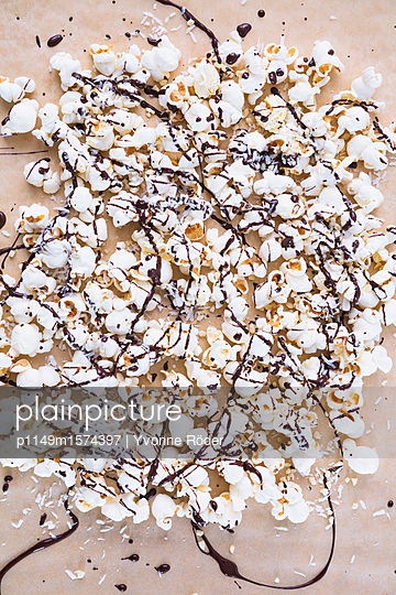 Popcorn with chocolate icing - p1149m1574397 by Yvonne Röder