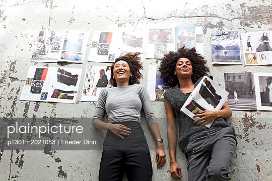 Mädels nach getaner Arbeit - p1301m2021053 von Delia Baum