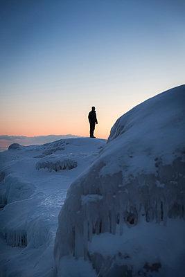 Mann im Schnee und Eis - p718m1051296 von Arne Landwehr