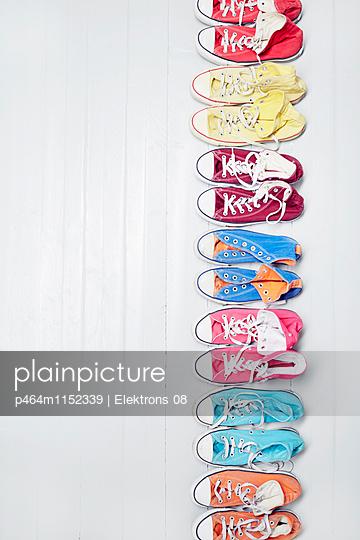 bunte Sneaker - p464m1152339 von Elektrons 08