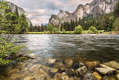 Scenic view of river by mountains against cloudy sky at Yosemite National Park - p1166m1566864 by Cavan Social