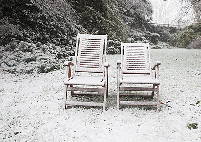 Garden chairs in the snow - p1231m1511122 by Iris Loonen
