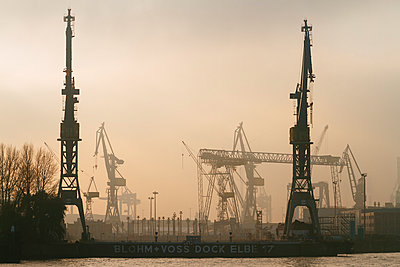 Germany, Hamburg, Port of Hamburg, dock Blohm and Voss at the Elbe river in the evening - p300m997420 by Kristian Peetz