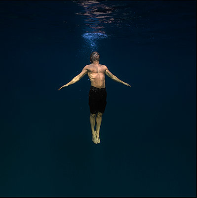 Underwater Images of Male shot in the Ocean - p343m1166966 by Maya De Almeida Araujo