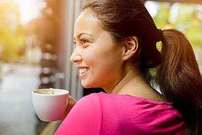 Junge Frau im Cafe - p422m987449 von Büro Monaco