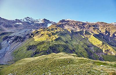 Blick auf Bergkette - p704m1476000 von Daniel Roos