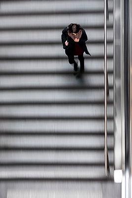 Frau auf einer Rolltreppe - p739m1109096 von Baertels
