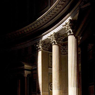 Korinthische Säulen im Pantheon - p8551111 von Mike Burton
