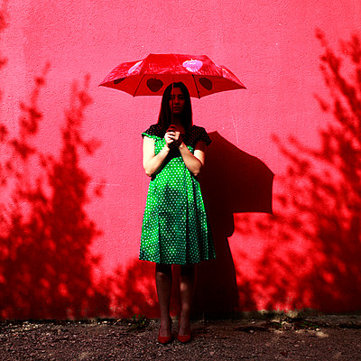 Woman wearing green dotted dress - p1105m2086543 by Virginie Plauchut